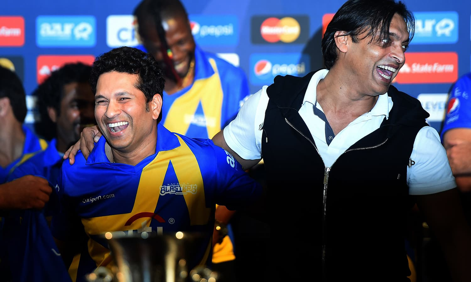"""Retired Indian cricketer Sachin Tendulkar (L) laughs with Pakistan's Shoaib Akhtar during a press conference in New York on November 5, 2015. Tendulkar and Warne will lead a lineup of renowned cricket players from around the world in the inaugural """"Cricket All-Stars,"""" a three-game series to be played in Major League Baseball stadiums in New York , Houston and Los Angeles, to promote cricket the US. AFP PHOTO/JEWEL SAMAD"""