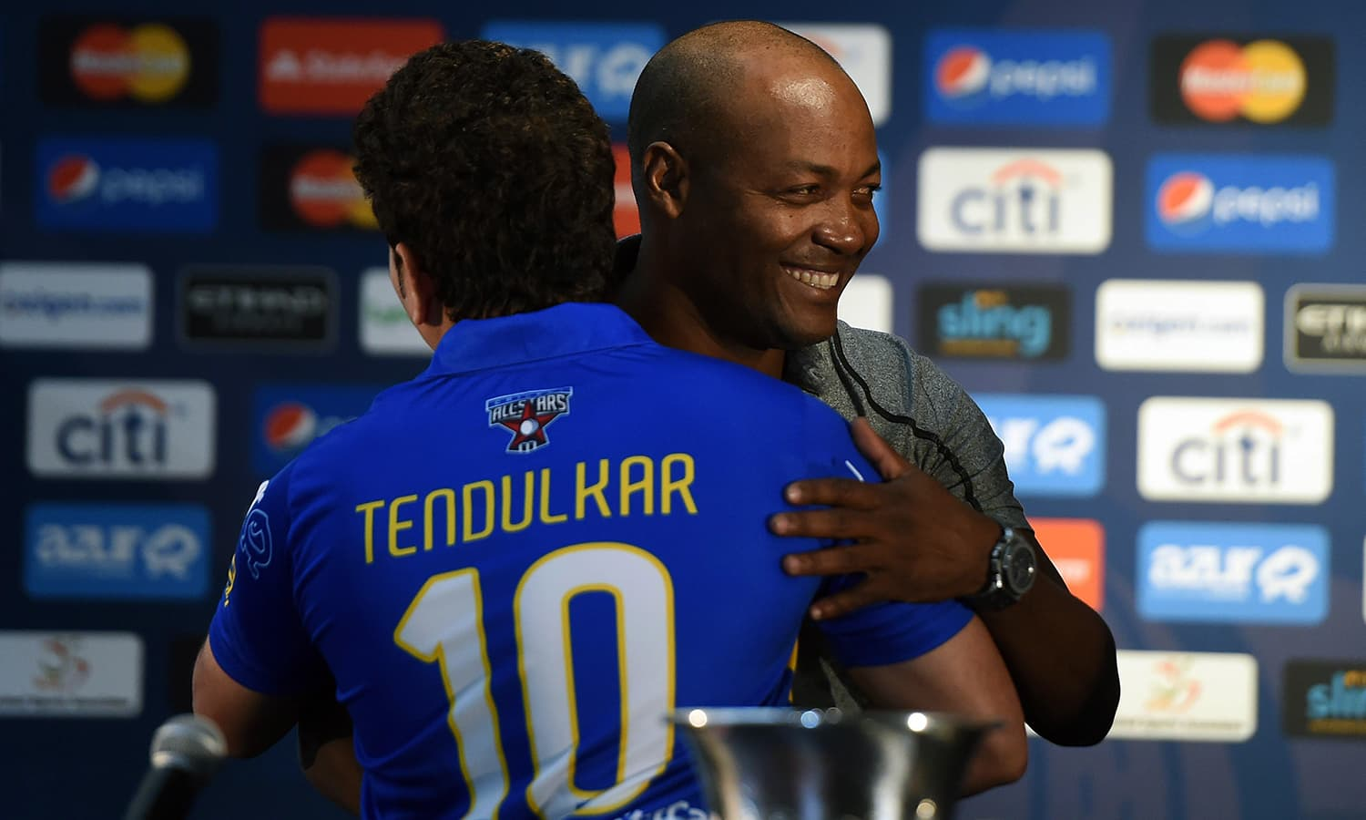 """Retired Indian cricketer Sachin Tendulkar (L) hugs West Indies' Brian Lara during a press conference in New York on November 5, 2015. Tendulkar and Warne will lead a lineup of renowned cricket players from around the world in the inaugural """"Cricket All-Stars,"""" a three-game series to be played in Major League Baseball stadiums in New York , Houston and Los Angeles, to promote cricket the US. AFP PHOTO/JEWEL SAMAD"""