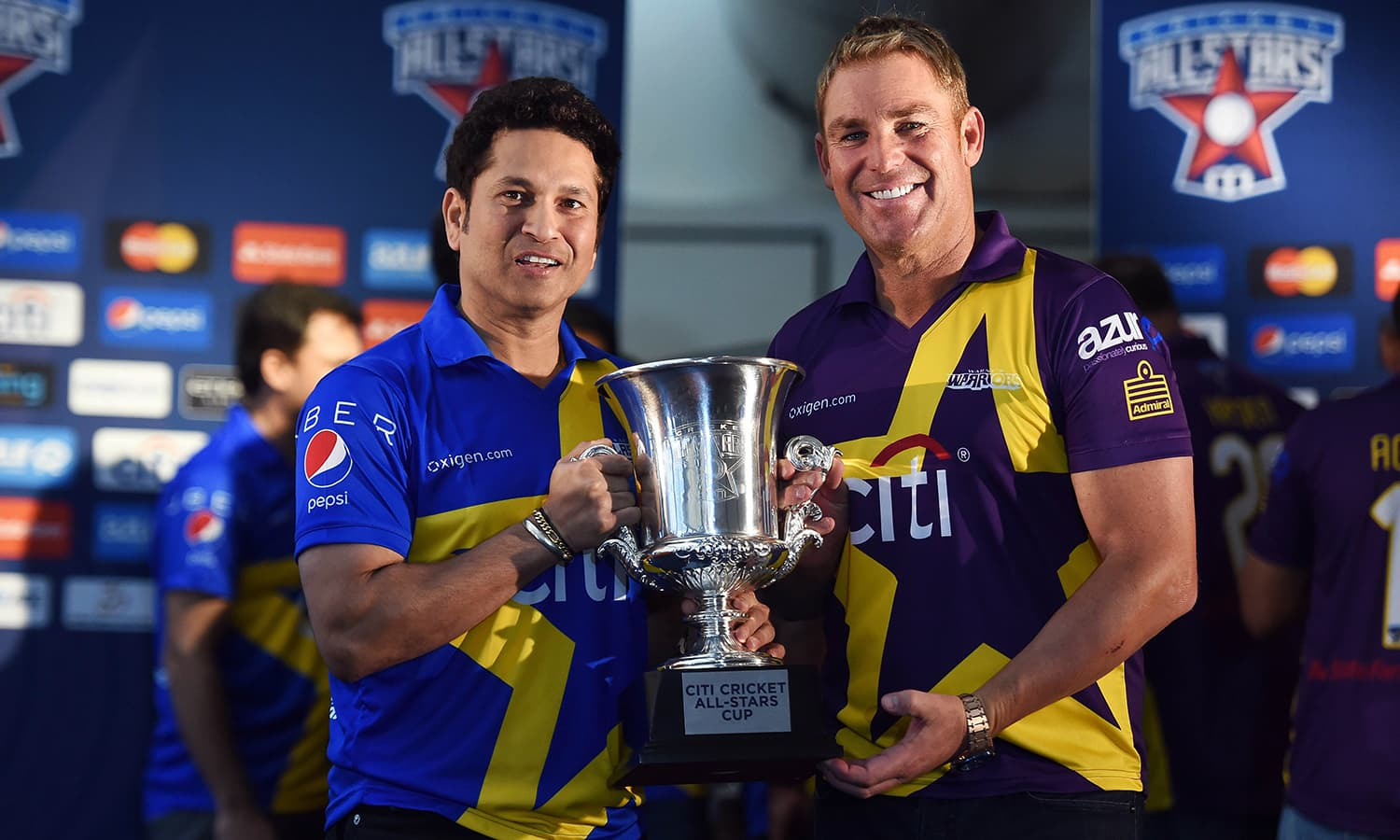 """Retired Indian cricketer Sachin Tendulkar (L) and Australian Shane Warne pose with the trophy during a press conference in New York on November 5, 2015. Tendulkar and Warne will lead a lineup of renowned cricket players from around the world in the inaugural """"Cricket All-Stars,"""" a three-game series to be played in Major League Baseball stadiums in New York , Houston and Los Angeles, to promote cricket the US. AFP PHOTO/JEWEL SAMAD"""