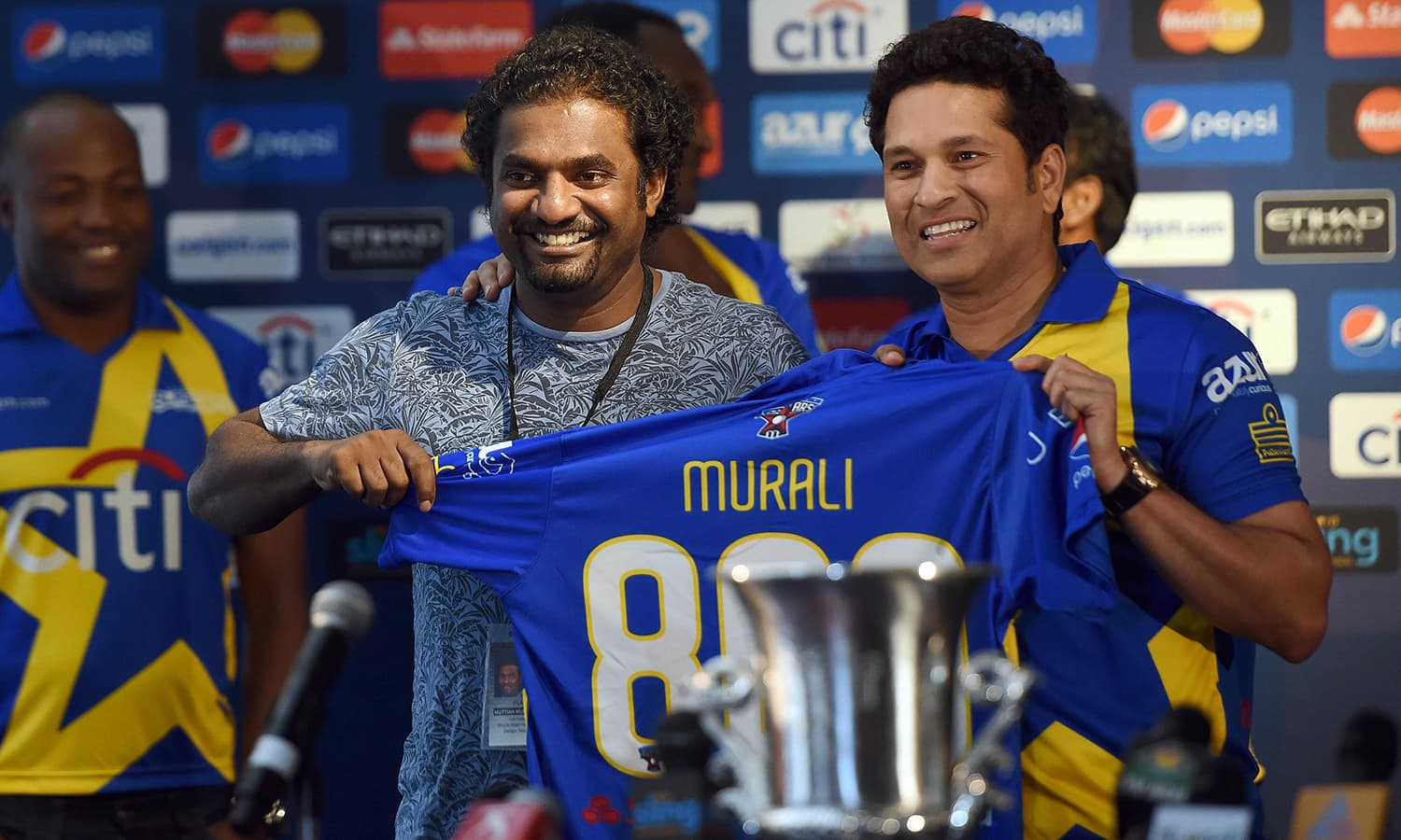 """Retired Indian cricketer Sachin Tendulkar (R) and Sri Lanka's Muttiah Muralitharan pose during a press conference in New York on November 5, 2015. Tenduklar and Australia's Shane Warne will lead a lineup of renowned cricket players from around the world in the inaugural """"Cricket All-Stars,"""" a three-game series to be played in Major League Baseball stadiums in New York , Houston and Los Angeles, to promote cricket the US. AFP PHOTO/JEWEL SAMAD"""
