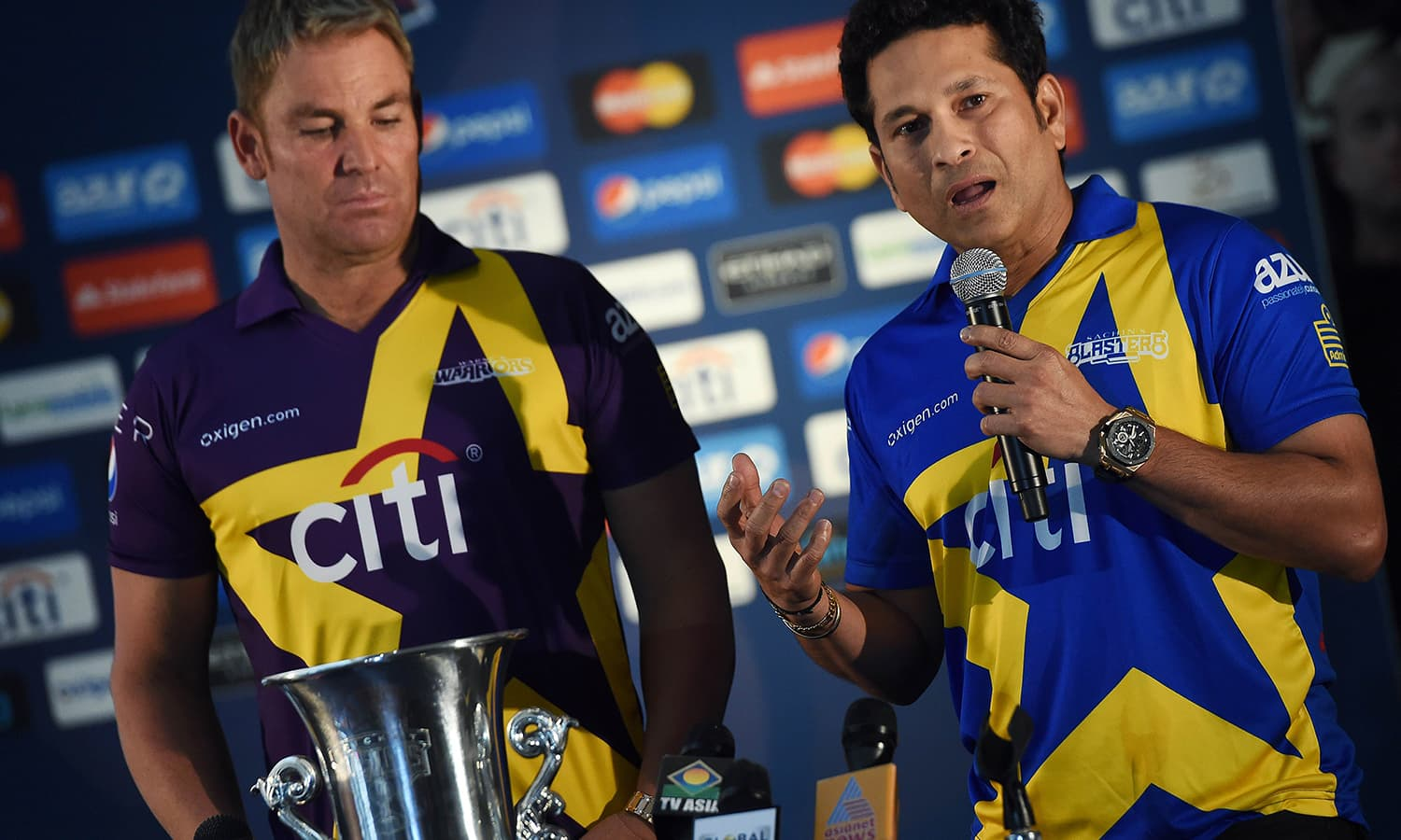"""Retired Indian cricketer Sachin Tendulkar (R) speaks as Australia's Shane Warne looks on during a press conference in New York on November 5, 2015. Tendulkar and Warne will lead a lineup of renowned cricket players from around the world in the inaugural """"Cricket All-Stars,"""" a three-game series to be played in Major League Baseball stadiums in New York , Houston and Los Angeles, to promote cricket the US. AFP PHOTO/JEWEL"""