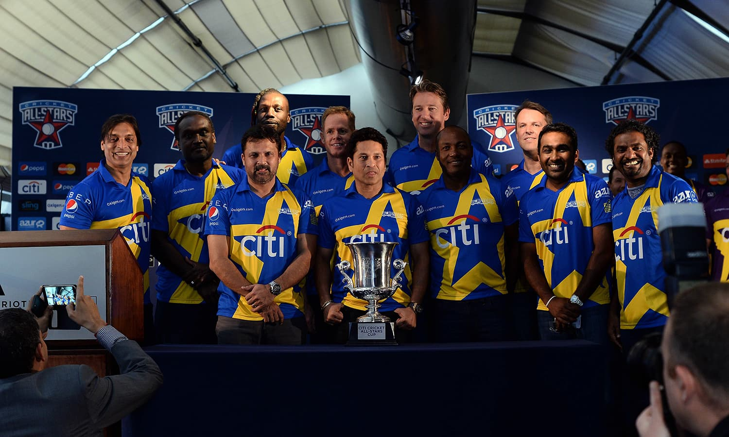 """Retired Indian cricketer Sachin Tendulkar (C) and his team pose during a press conference in New York on November 5, 2015. Tenduklar and Australia's Shane Warne will lead a lineup of renowned cricket players from around the world in the inaugural """"Cricket All-Stars,"""" a three-game series to be played in Major League Baseball stadiums in New York , Houston and Los Angeles, to promote cricket the US. AFP PHOTO/JEWEL SAMAD"""