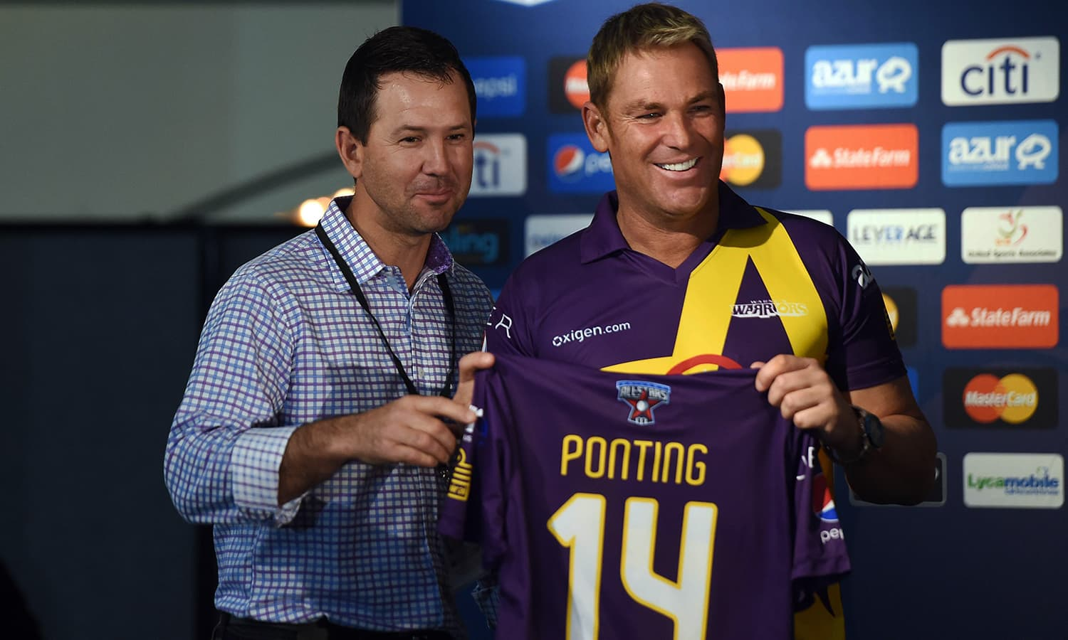 """Australia's Shane Warne (R) and Ricky Ponting pose during a press conference in New York on November 5, 2015. Retired Indian cricketer Sachin Tendulkar and Warne will lead a lineup of renowned cricket players from around the world in the inaugural """"Cricket All-Stars,"""" a three-game series to be played in Major League Baseball stadiums in New York , Houston and Los Angeles, to promote cricket the US. AFP PHOTO/JEWEL SAMAD"""