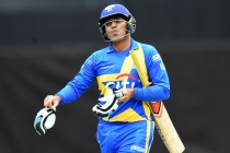 Sehwag Sings Song While Batting and Loses His Wicket – Cricket All Stars