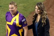 Saqlain Doesn't Shake Hands With Warne's Girlfriend Liz Hurley When Everyone Else Does