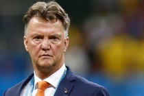 Van Gaal on knife-edge as United tackle Chelsea