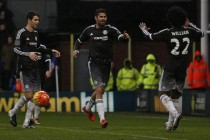 Hiddink gets first Chelsea win, Spurs held