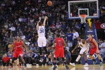 Curry sets record with three-pointer in 128th straight game