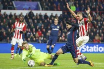 Ten-man PSV hold on for Atletico stalemate
