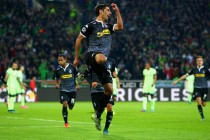 Gladbach stay in hunt for Champions League berth