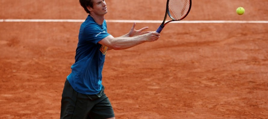 Murray locked in French Open survival battle, Wawrinka escapes shock