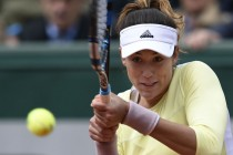 Muguruza, Rogers into quarters, rain holds up others