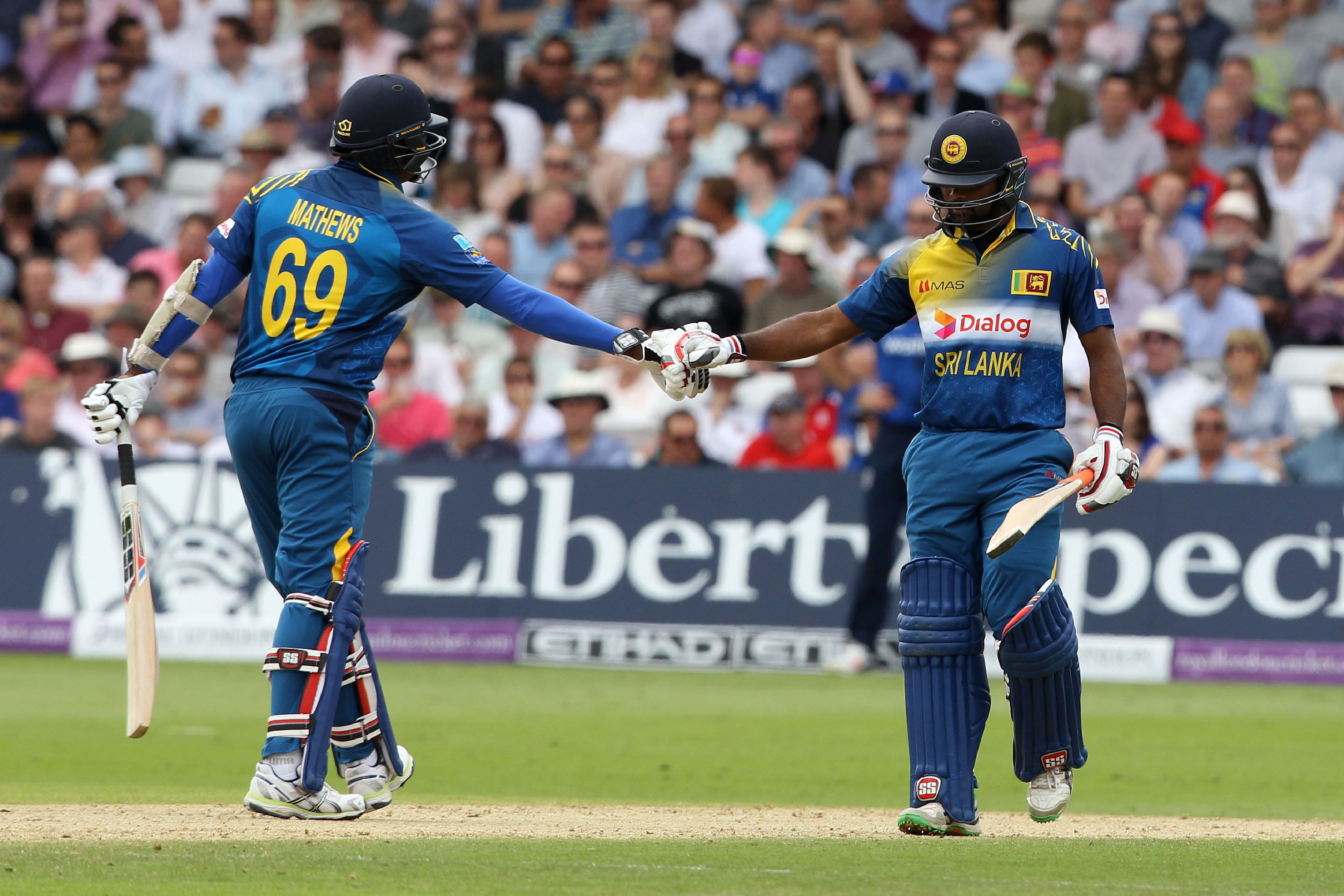Sri Lanka's captain Angelo Mathews (L) gestures to Sri Lanka's Seekkuge Prasanna during play in the first one day international (ODI) cricket match between England and Sri Lanka at Trent Bridge cricket ground in Nottingham, central England, on June 21, 2016. England captain Eoin Morgan won the toss and elected to field against Sri Lanka in the first one-day international at Trent Bridge on Tuesday. / AFP PHOTO / Lindsey PARNABY