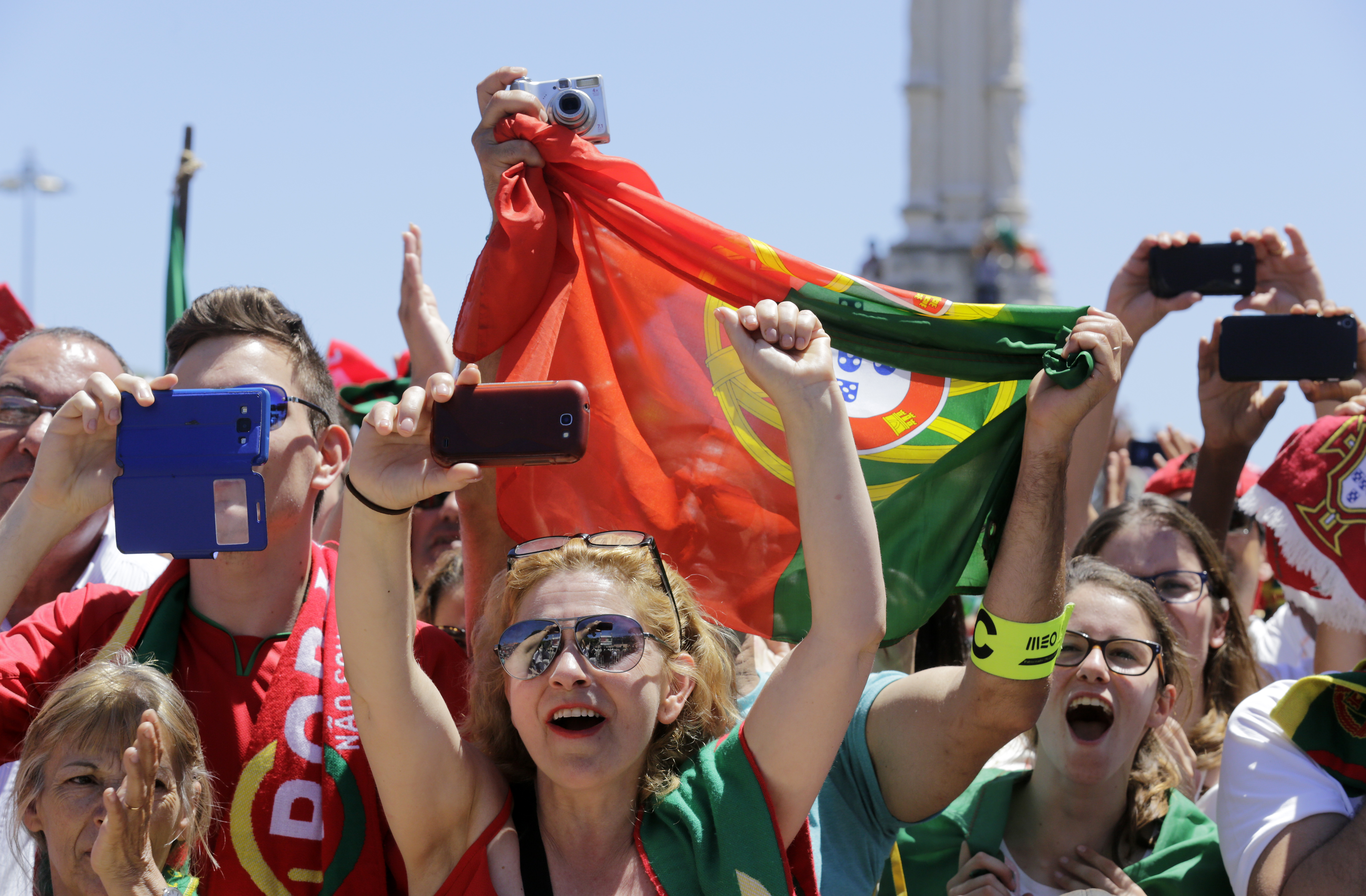 Portugal's national football supporters welcome their team at the presidential palace to celebrate their victory on July 11, 2016 after their Euro 2016 final football win over France yesterday. The Portuguese football team led by Cristiano Ronaldo returned home to a heroes' welcome today after their upset 1-0 win triumph over France in the Euro 2016 final.  / AFP PHOTO / JOSE MANUEL RIBEIRO