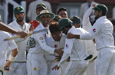 Pakistan's  Mohammad Amir (C) celebrates with team mates after taking the wicket of England's Jake Ball for 3 runs on the fourth day of the first Test cricket match between England and Pakistan at Lord's cricket ground in London, on July 17, 2016.   Pakistan won the 1st test by 75 runs. / AFP PHOTO / IAN KINGTON / RESTRICTED TO EDITORIAL USE. NO ASSOCIATION WITH DIRECT COMPETITOR OF SPONSOR, PARTNER, OR SUPPLIER OF THE ECB