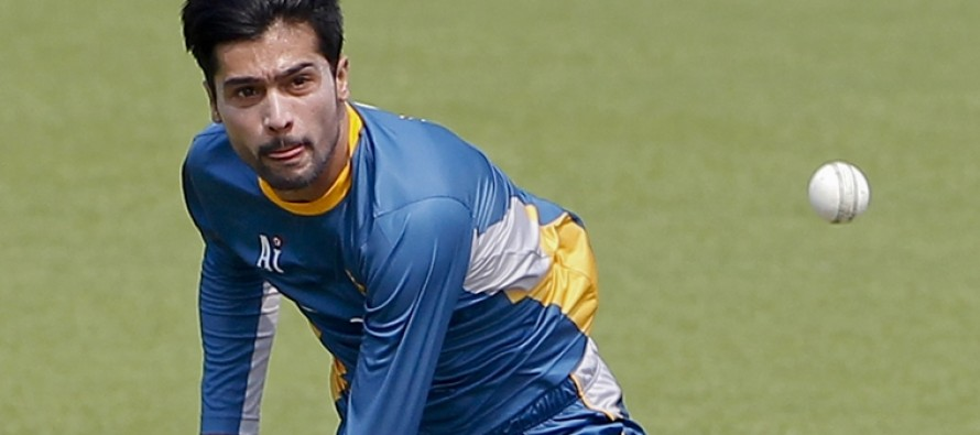 Amir announces his presence in England with two quick wickets