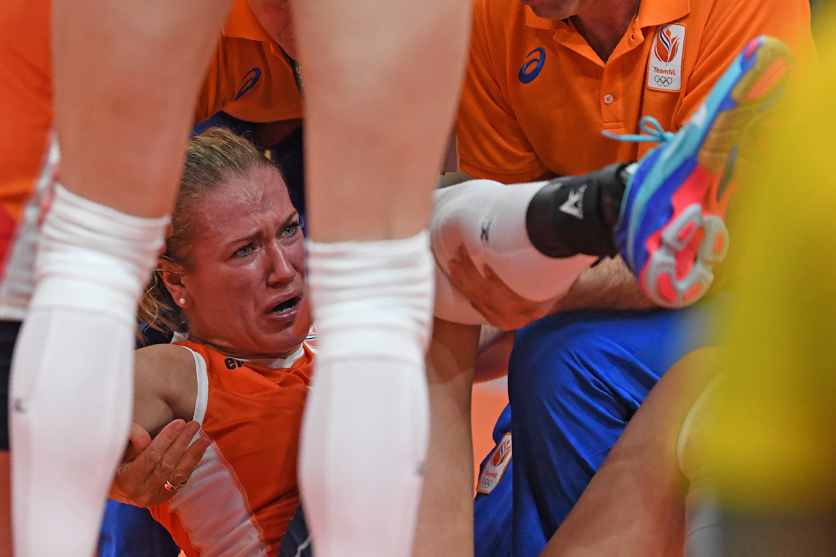 Netherlands' Maret Balkestein-Grothues reacts after sustaining an injury during the women's qualifying volleyball match between the USA and the Netherlands at the Maracanazinho stadium in Rio de Janeiro on August 8, 2016, during the 2016 Rio Olympics. / AFP PHOTO / PEDRO UGARTE
