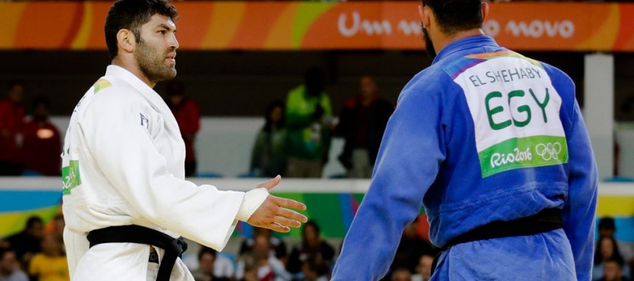Egyptian judoka jeered after Israeli handshake snub