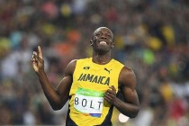 Bolt fires into 200m final, Gatlin out