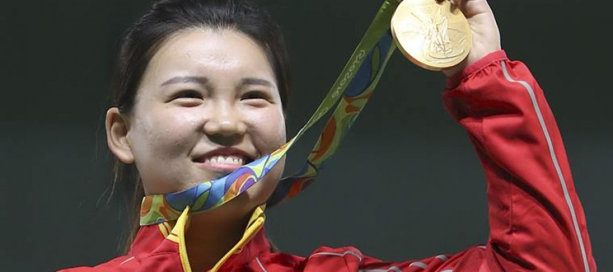 Zhang wins first gold for China, and mum