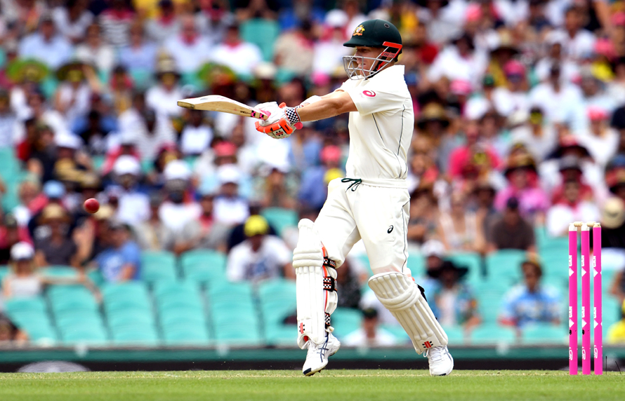 Australia's batsman David Warner pulls a ball to the boundary against Pakistan during the first day of the third cricket Test match at the SCG in Sydney on January 3, 2017. / AFP PHOTO / WILLIAM WEST / IMAGE RESTRICTED TO EDITORIAL USE - STRICTLY NO COMMERCIAL USE