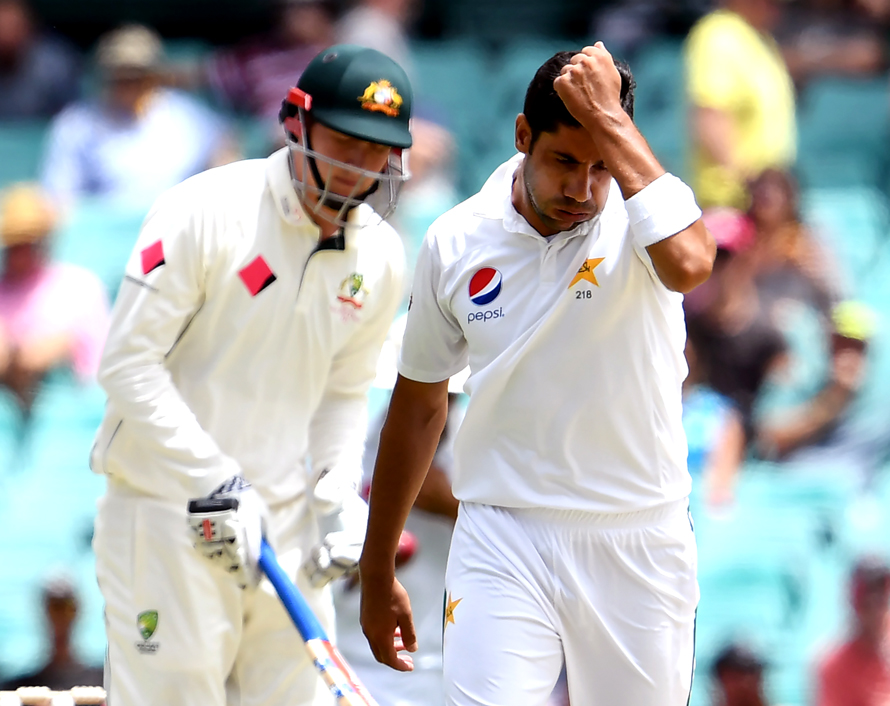 Pakistan paceman Imran Khan (R) reacts after nearly dismissing Australia's batsman Matt Renshaw (L) during the first day of the third cricket Test match at the SCG, in Sydney on January 3, 2017. / AFP PHOTO / WILLIAM WEST / IMAGE RESTRICTED TO EDITORIAL USE - STRICTLY NO COMMERCIAL USE