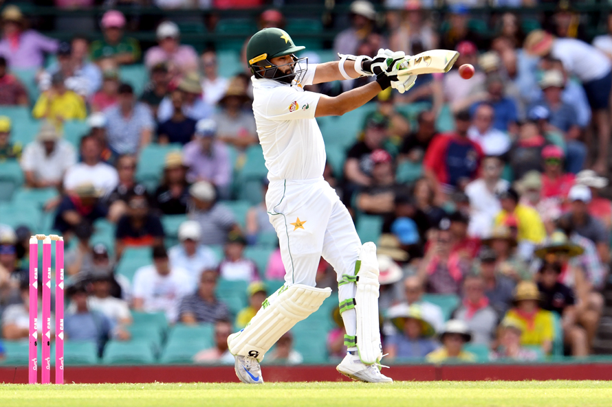 Pakistan batsman Azhar Ali hooks a delivery from the Australian bowling during the second day of the third cricket Test match at the SCG in Sydney on January 4, 2017. / AFP PHOTO / WILLIAM WEST / IMAGE RESTRICTED TO EDITORIAL USE - STRICTLY NO COMMERCIAL USE