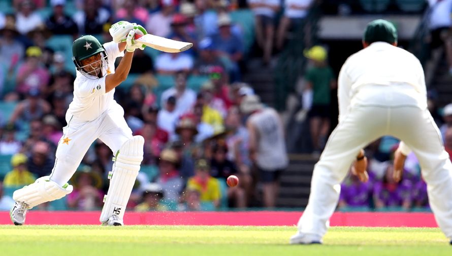 Pakistan's batsman Younis Khan (L) drives the ball towards Australia's fieldsman Usman Khawaja during the second day of the third cricket Test match at the SCG in Sydney on January 4, 2017. / AFP PHOTO / William WEST / -- IMAGE RESTRICTED TO EDITORIAL USE - STRICTLY NO COMMERCIAL USE --
