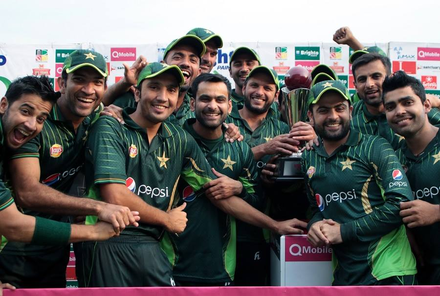 Pakistan team posing with the T20 series trophy