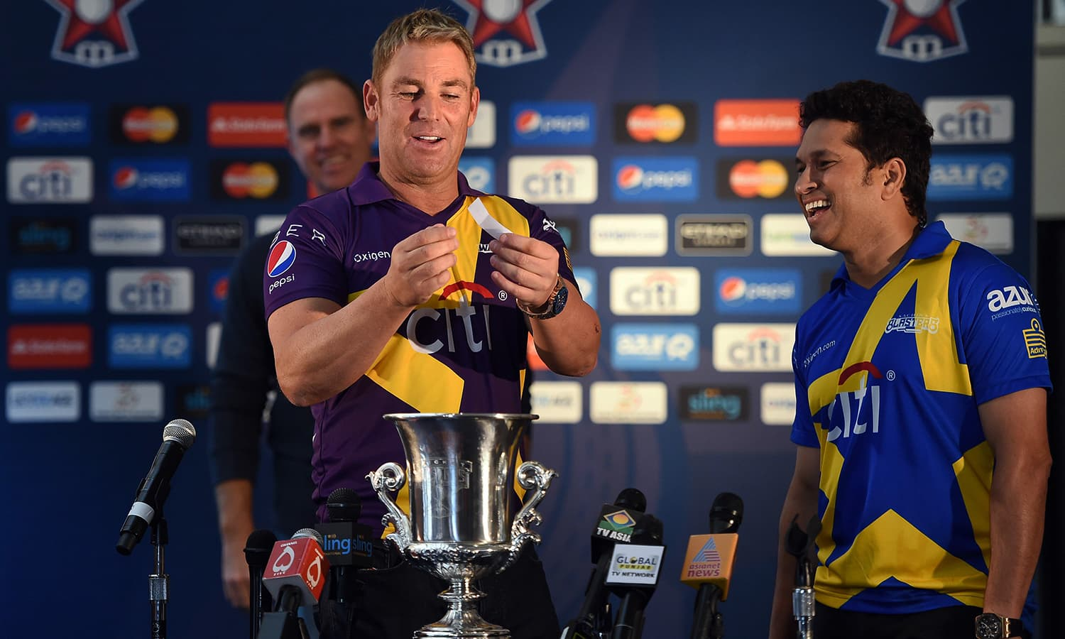"Australian cricketer Shane Warne (L) and retired Indian cricketer Sachin Tendulkar draw the names of players during a press conference in New York on November 5, 2015. Tendulkar and Warne will lead a lineup of renowned cricket players from around the world in the inaugural ""Cricket All-Stars,"" a three-game series to be played in Major League Baseball stadiums in New York , Houston and Los Angeles, to promote cricket the US. AFP PHOTO/JEWEL SAMAD"