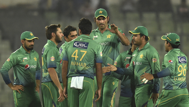 Pakistan-cricketers-celebrate-after-the-dismissal26