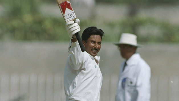 Salim-Malik-of-Pakistan-reaches-his-double-century-during-his-innings-if-237-in-the-second-test-against-2