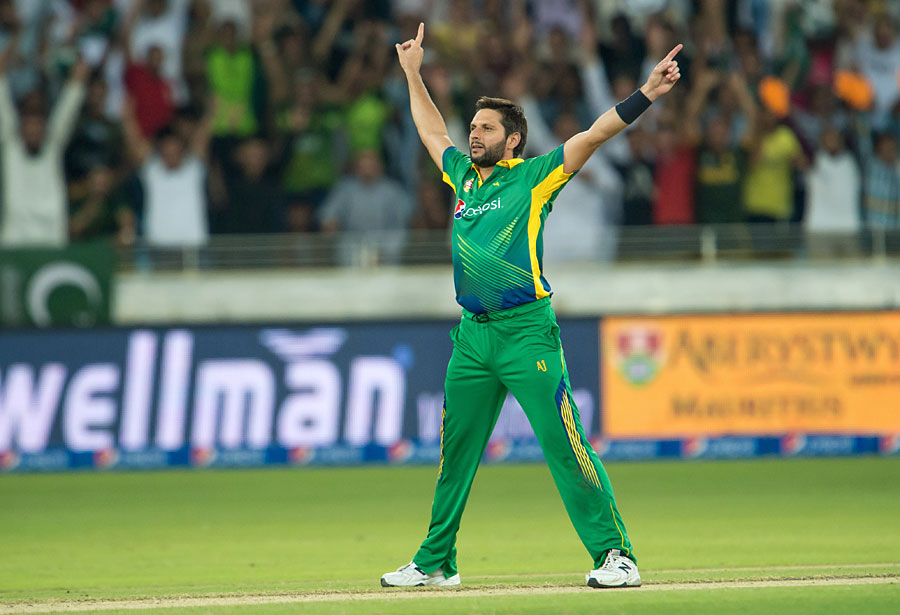 Shahid-Afridi-24-Runs-8-Balls-Batting-Highlights-3-Wickets-Full-Video-vs-England-27-Nov-2015