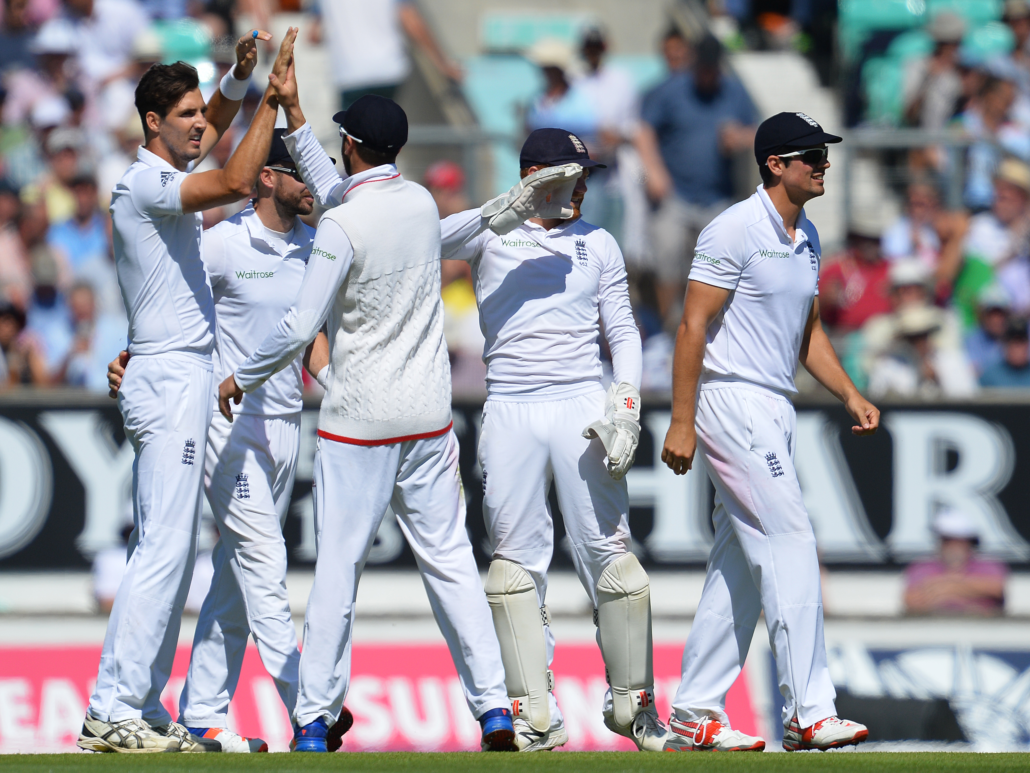 England's Steven Finn (L) celebrates after taking the wicket of Pakistan's Yasir Shah for 26 runs during play on the second day of the fourth test cricket match between England and Pakistan at the Oval in London on August 12, 2016.   / AFP PHOTO / GLYN KIRK / RESTRICTED TO EDITORIAL USE. NO ASSOCIATION WITH DIRECT COMPETITOR OF SPONSOR, PARTNER, OR SUPPLIER OF THE ECB