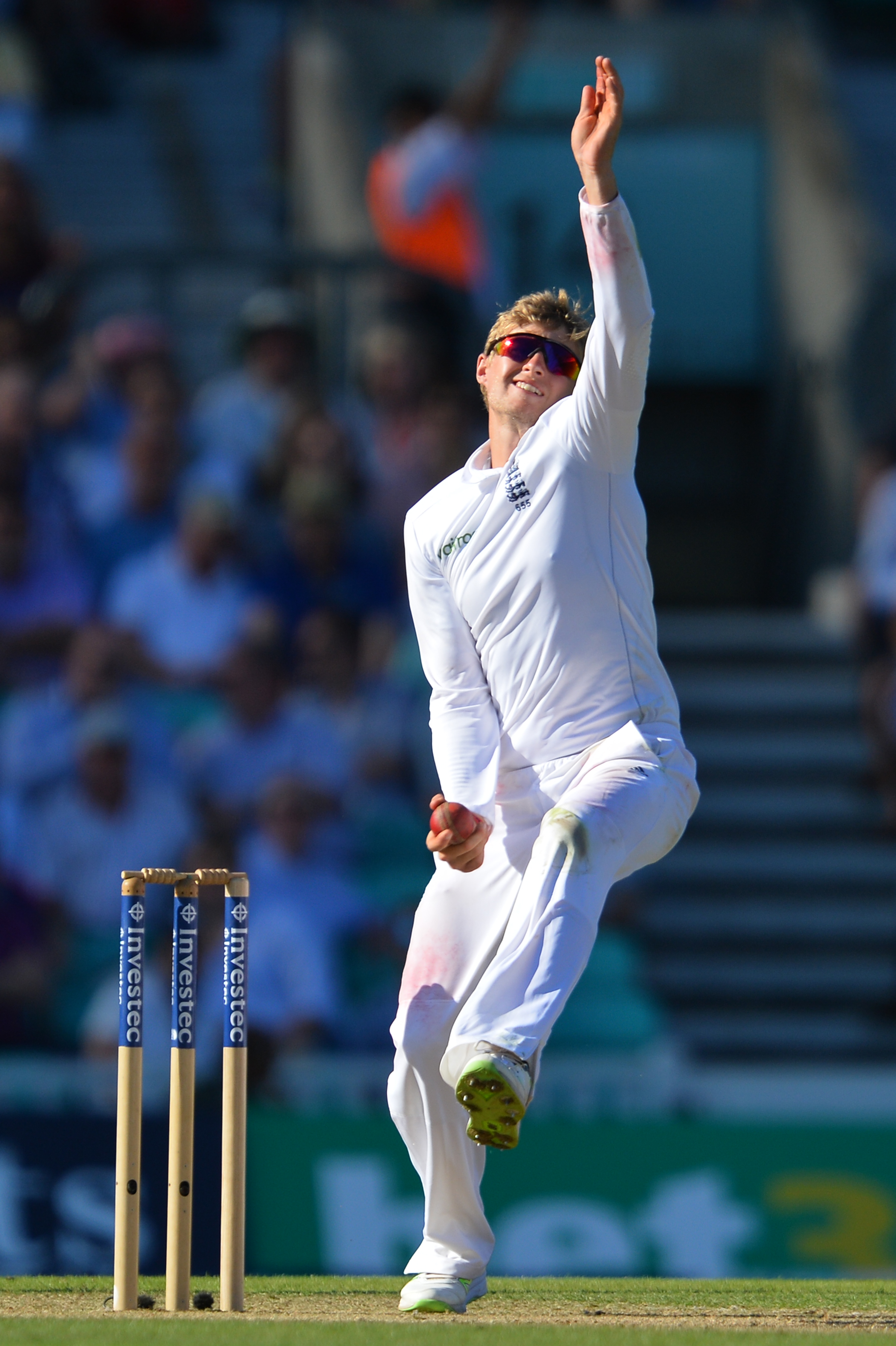 England's Joe Root bowls on the second day of the fourth test cricket match between England and Pakistan at the Oval in London on August 12, 2016.   / AFP PHOTO / GLYN KIRK / RESTRICTED TO EDITORIAL USE. NO ASSOCIATION WITH DIRECT COMPETITOR OF SPONSOR, PARTNER, OR SUPPLIER OF THE ECB