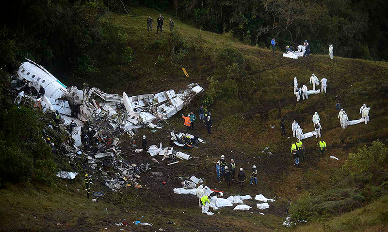 This file photo taken on November 29, 2016 shows rescuers searching for survivors from the wreckage of the LAMIA airlines charter plane carrying members of the Chapecoense Real football team that crashed in the mountains of Cerro Gordo, municipality of La Union, on November 29, 2016. (PHOTO: AFP)