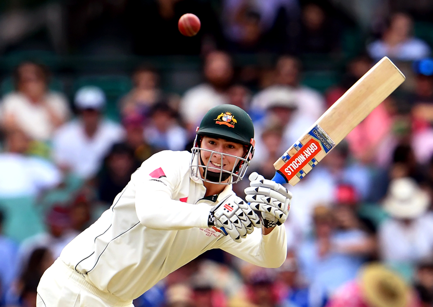 Australia's batsman Matt Renshaw steers a ball to leg from the Pakistan bowling during the first day of the third cricket Test match at the SCG in Sydney on January 3, 2017. / AFP PHOTO / WILLIAM WEST / IMAGE RESTRICTED TO EDITORIAL USE - STRICTLY NO COMMERCIAL USE