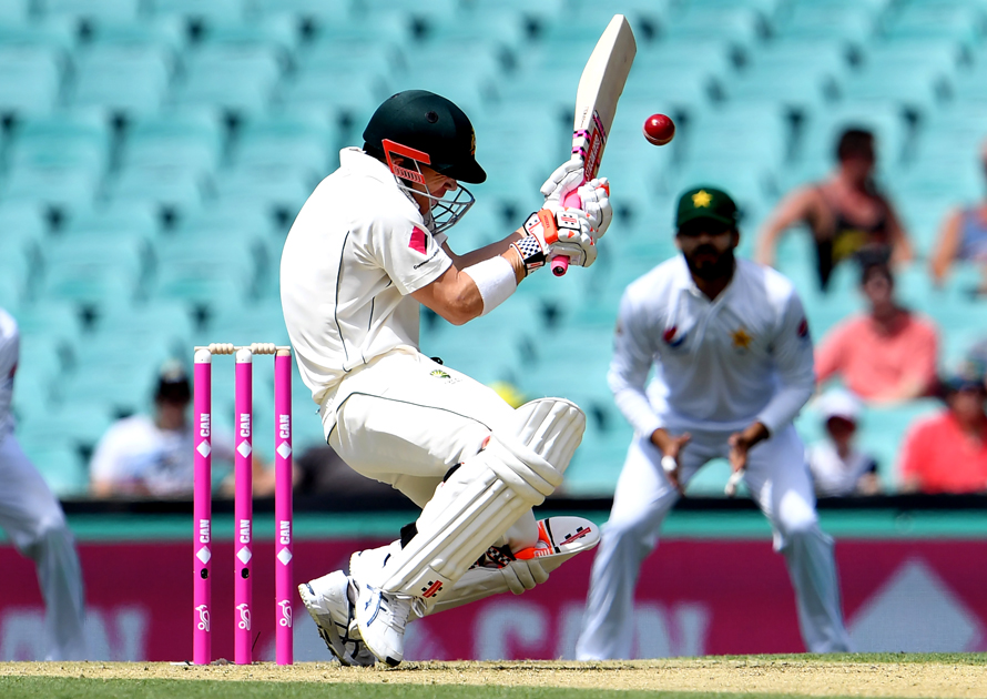 Australia's batsman David Warner ducks under a bouncer from Pakistan paceman Mohammad Amir during the first day of the third cricket Test match at the SCG in Sydney on January 3, 2017. / AFP PHOTO / WILLIAM WEST / IMAGE RESTRICTED TO EDITORIAL USE - STRICTLY NO COMMERCIAL USE