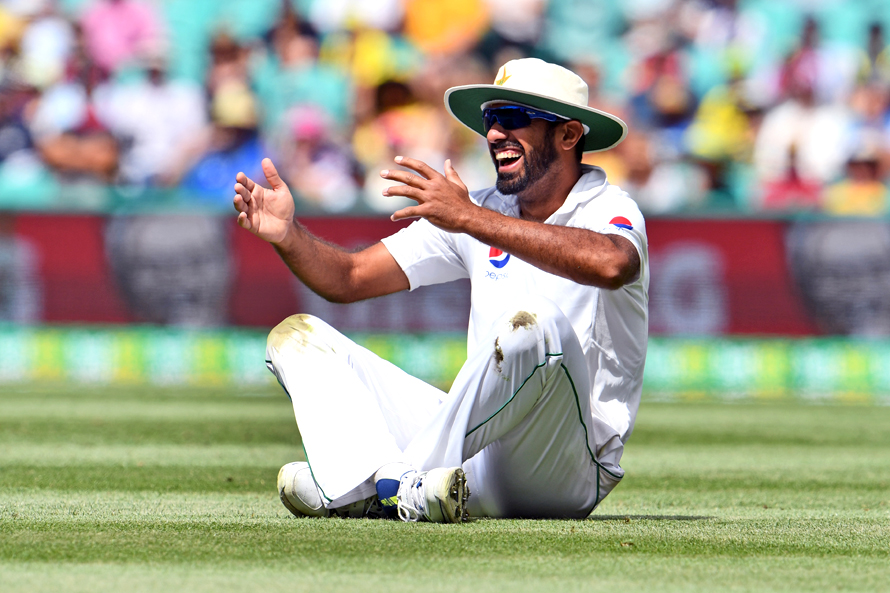 Pakistan's Wahab Riaz reacts during a misfield on a shot from Australia's batsmen on the second day of the third cricket Test match at the SCG in Sydney on January 4, 2017. / AFP PHOTO / William WEST / -- IMAGE RESTRICTED TO EDITORIAL USE - STRICTLY NO COMMERCIAL USE --