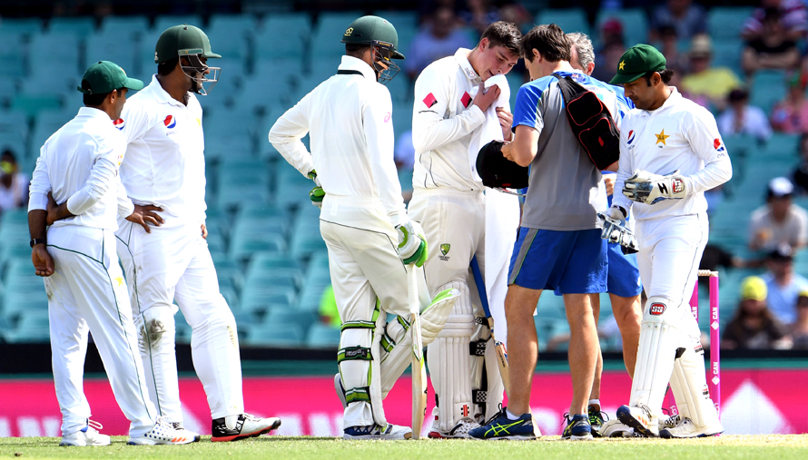 Australia's batsman Matt Renshaw (3/R) receives medical treatment after being hit on the helmet by a bouncer from the Pakistan bowling during the first day of the third cricket Test match at the SCG, in Sydney on January 3, 2017. / AFP PHOTO / WILLIAM WEST / IMAGE RESTRICTED TO EDITORIAL USE - STRICTLY NO COMMERCIAL USE