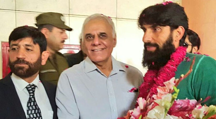 Misbah gets warm welcome at Lahore airport
