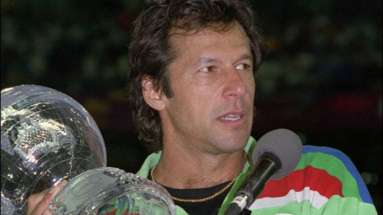 Bat, ball signed by PM Imran to be auctioned for dam fundraising