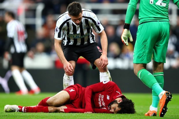 Klopp to 'wait and see' on Salah head injury, Firmino to miss Barca clash