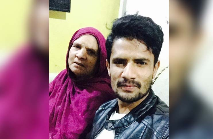 Amir Yamin requests fans to pray for his ailing mother's health